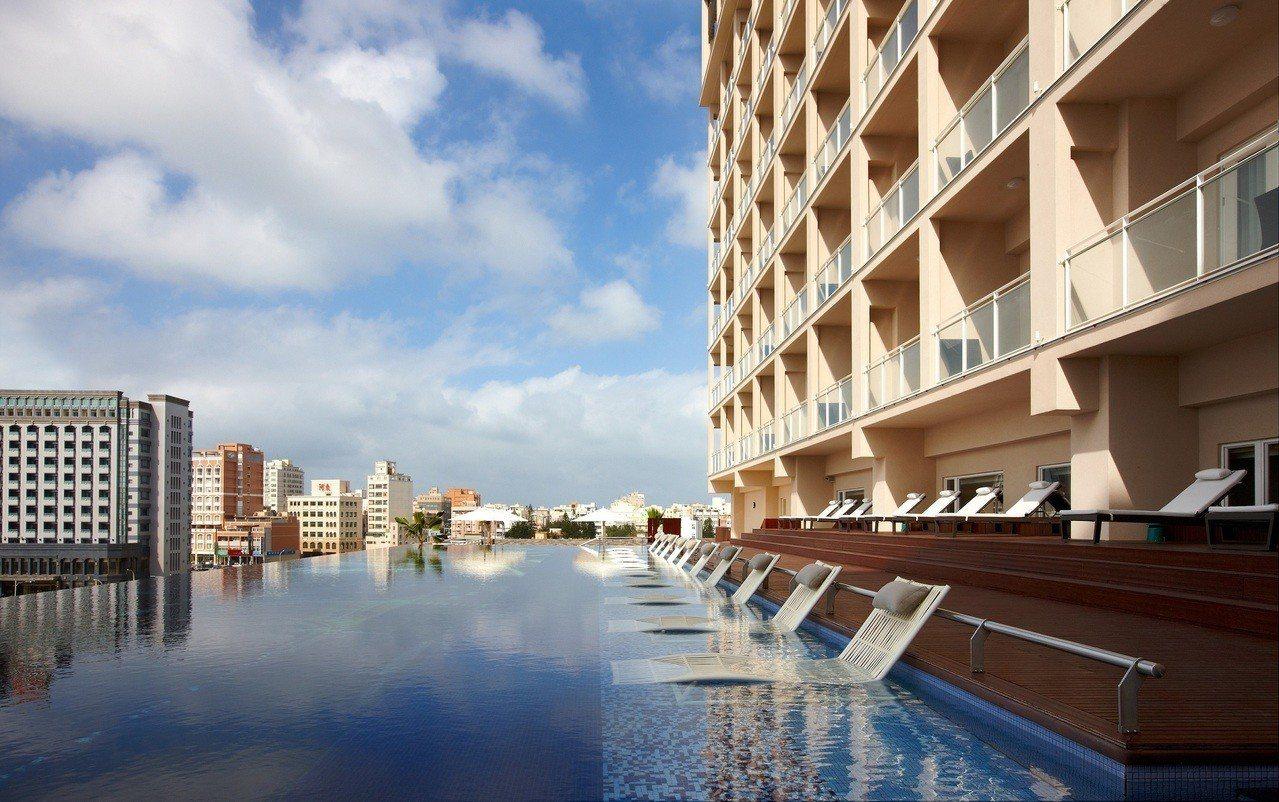 酒店的無邊際泳池。圖/澎湖福朋喜來登酒店提供