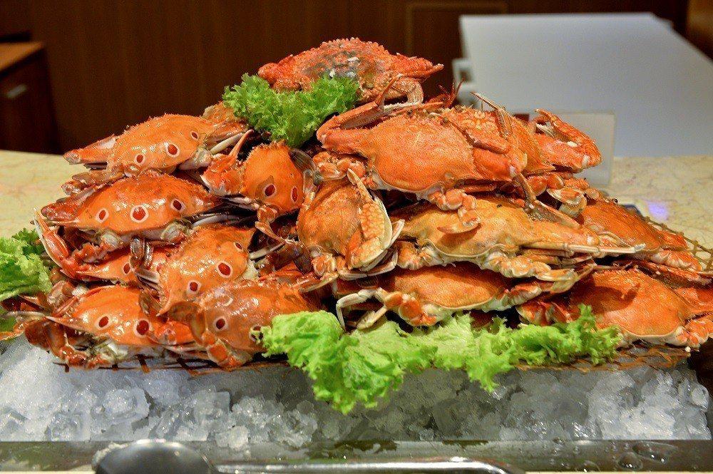宜客樂海港百匯自助餐的澎湖扁蟹。圖/澎湖福朋喜來登酒店提供