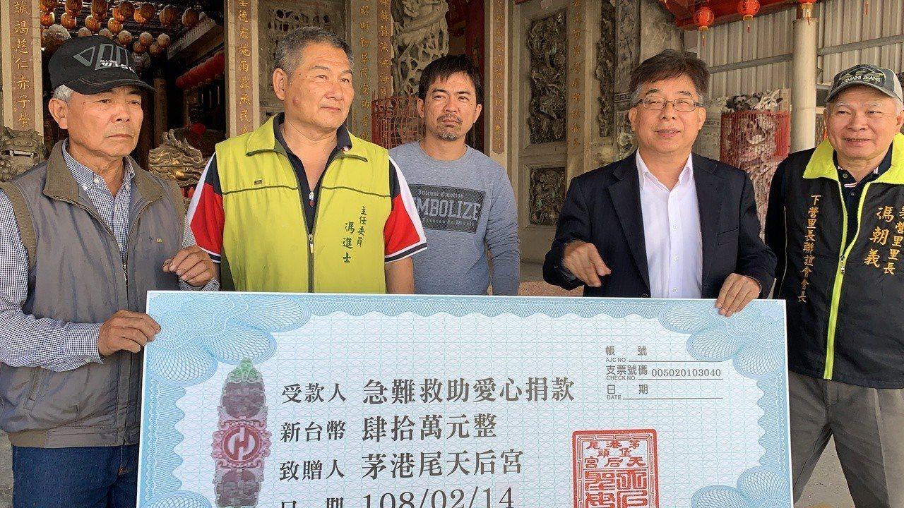 台南下營區長姜家彬(右二)鼓勵馮中暉(右三)把失去的兩個孩子生回來。記者吳淑玲/...