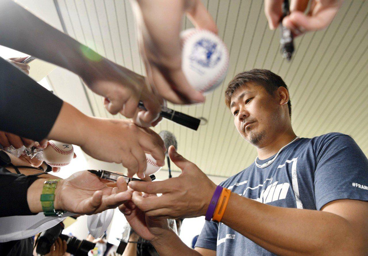 日本職棒中日隊投手松坂大輔在沖繩集訓期間,因為遭到熱情球迷拉扯胳膊導致右肩發炎。...