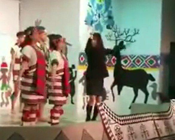 基隆市原住民會館有原住民舞蹈團表演,但昨天在表演時,有歡看舞蹈團體有一女成員上台...