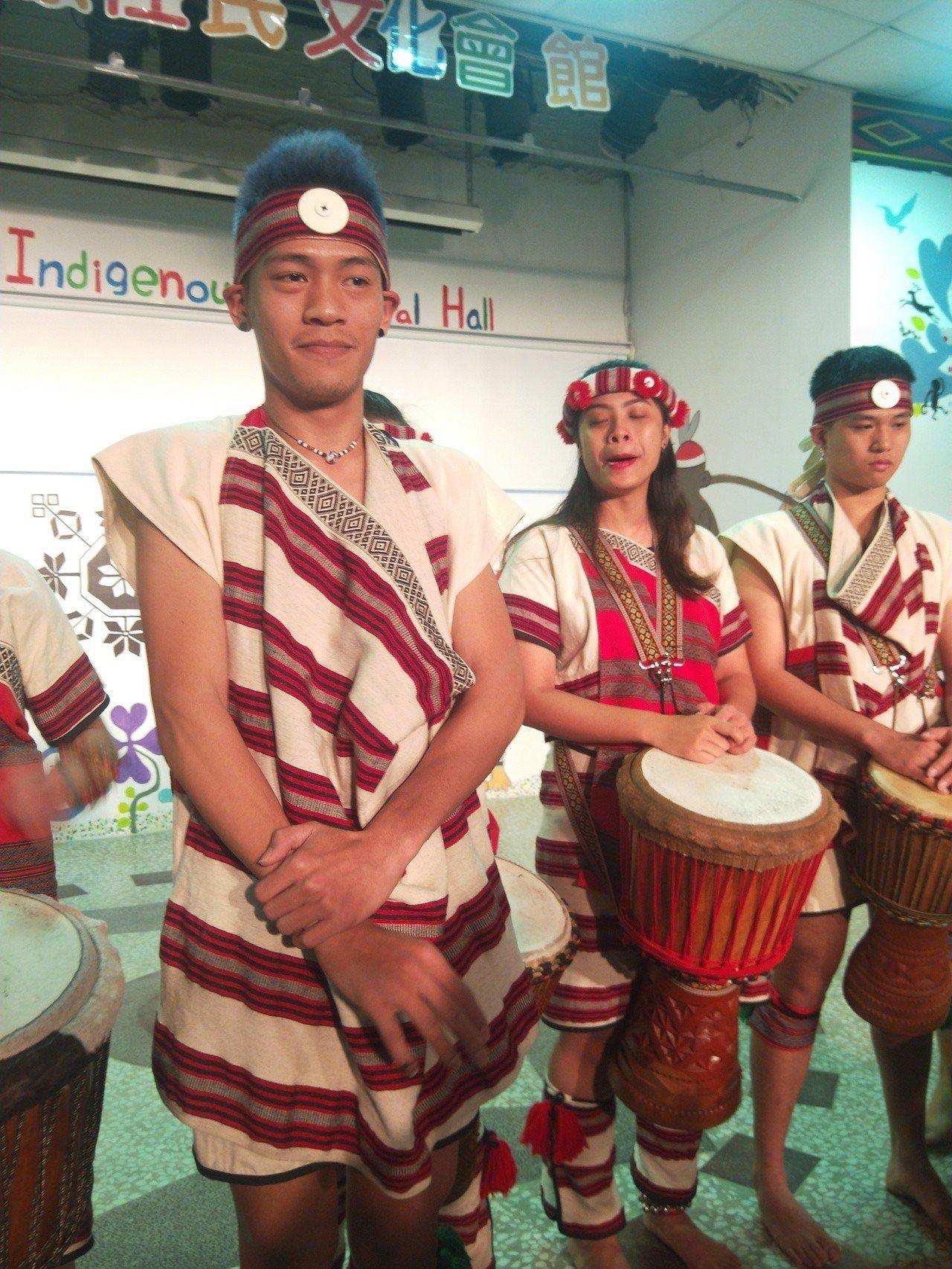 基隆市原住民族青年文教社服發展協會舞團今天上午展演,團員對於被酒醉女亂入干擾十分...