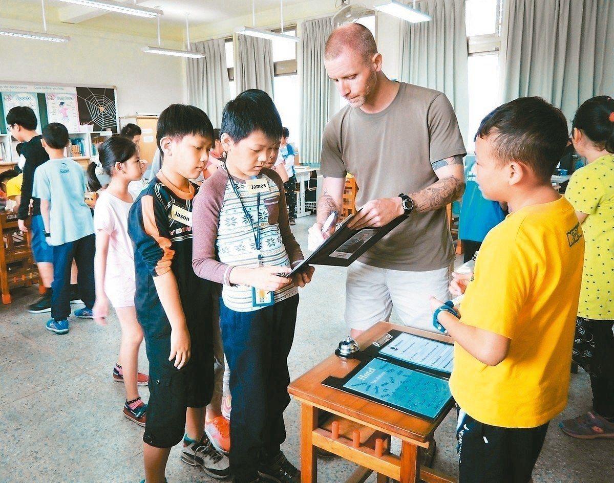 新竹縣寶山雙溪國小與家長會為了加強學生的英語聽、說能力,成立了免費的「外籍老師課...