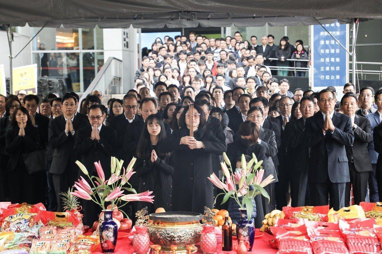 裕隆集團今日舉行「開工團拜迎接金豬年」,裕隆集團執行長嚴陳莉蓮帶領決策小組、集團...