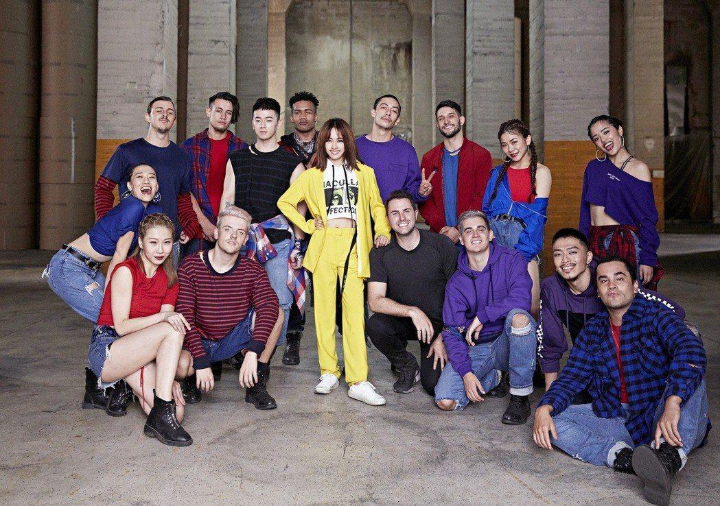 蔡依林(中)跟舞者、導演合力完成「玫瑰少年」舞蹈版MV。圖/索尼唱片提供