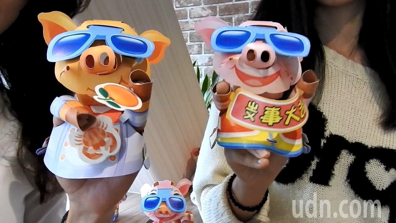 新北市豬年元宵小提燈今曝光,兩款造型粉紅色的取名「掌上明豬」、黃色的是「厚D家」...
