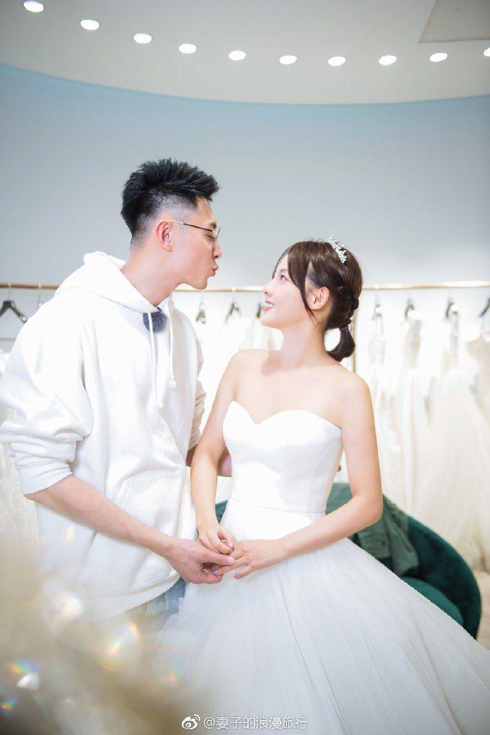 張嘉倪和老公買超參加「妻子的浪漫旅行」真人秀披婚紗。圖/摘自微博