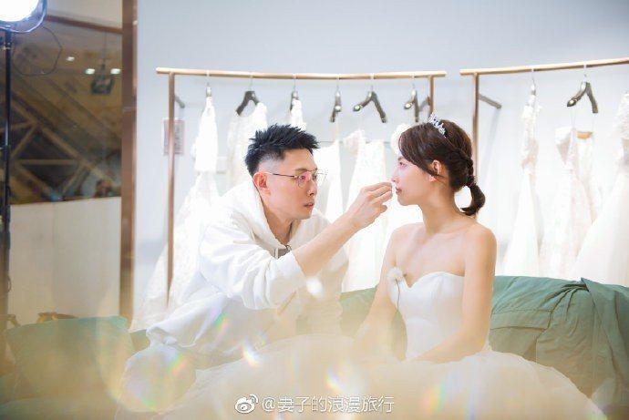張嘉倪在「妻子的浪漫旅行」披婚紗,老公細心幫她整理妝容。圖/摘自微博