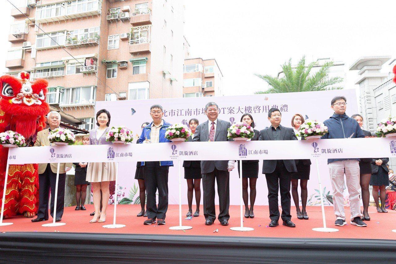 台北市長柯文哲今日主持江南市場BOT啟用典禮,被媒體詢問時說,統獨是一個假議題,...