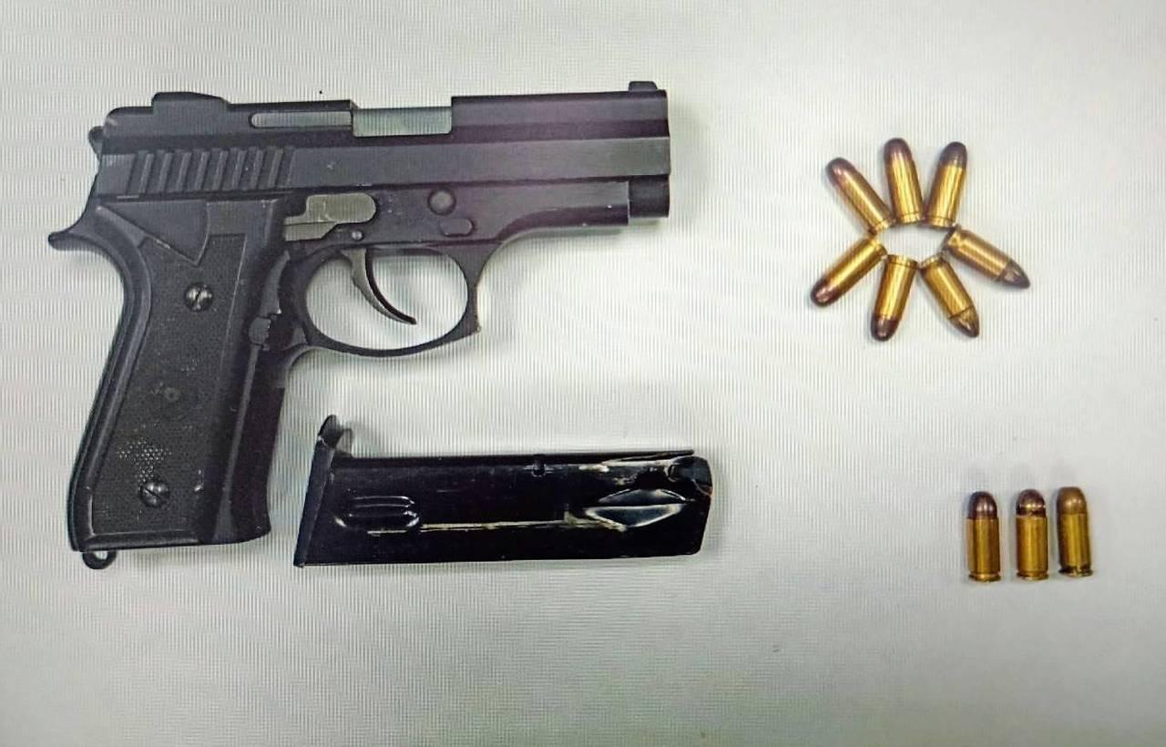 桃園市警方在觀音區偏僻鄉下民宅查獲改造手槍、子彈,逮捕3男移送法辦。圖/警方提供