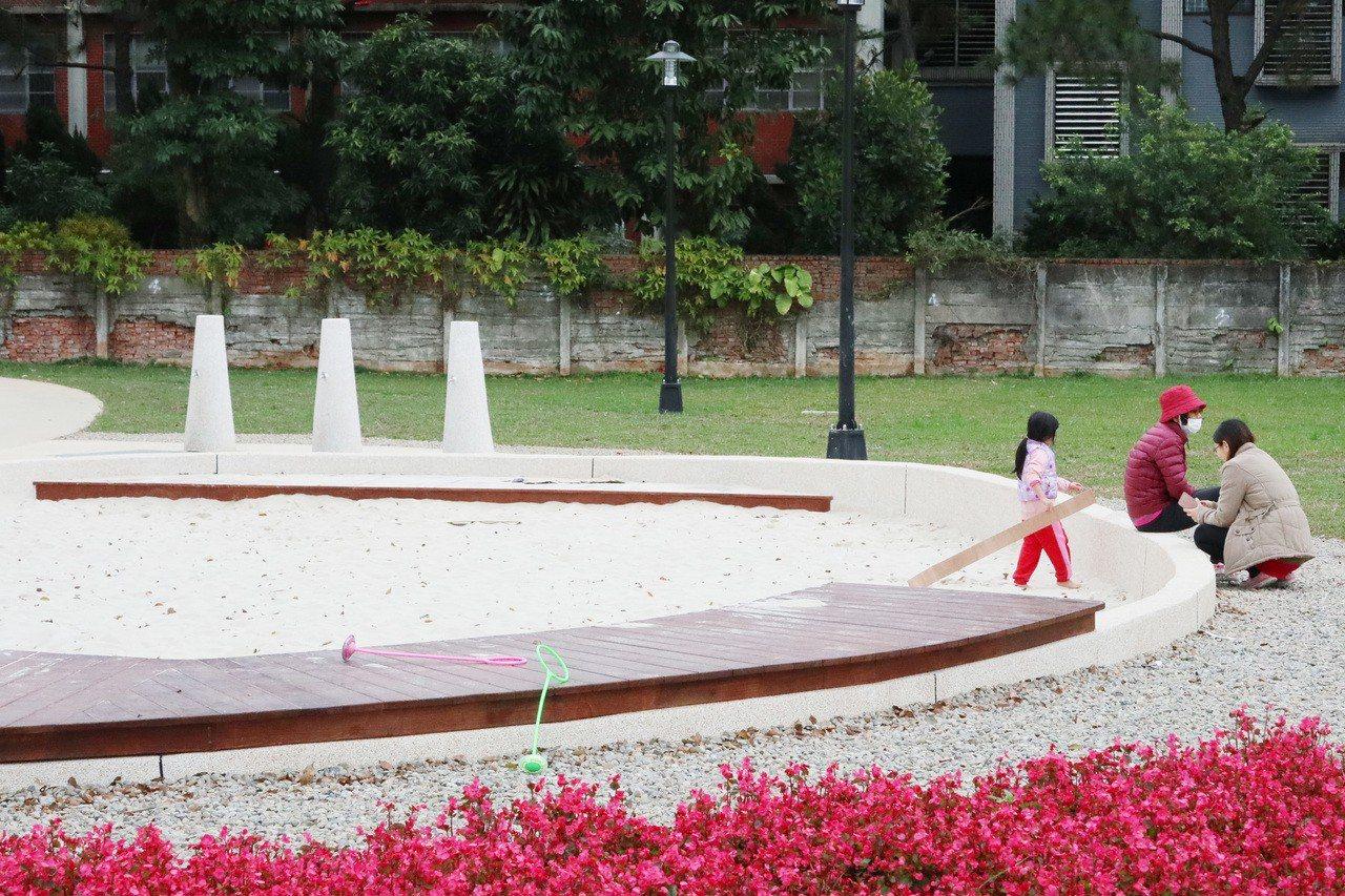 桃園市工務局於八德「花舞霄裡」公園,開闢適合多齡共遊的共融式遊戲場以及兒童遊戲沙...