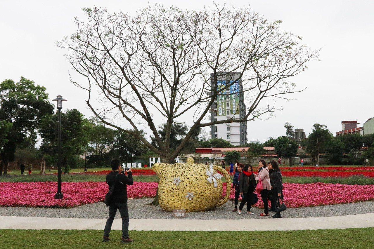 桃園市八德霄裡花海公園,前身是八德第一公墓,遷葬之後經過綠美化,搖身一變成為花海...