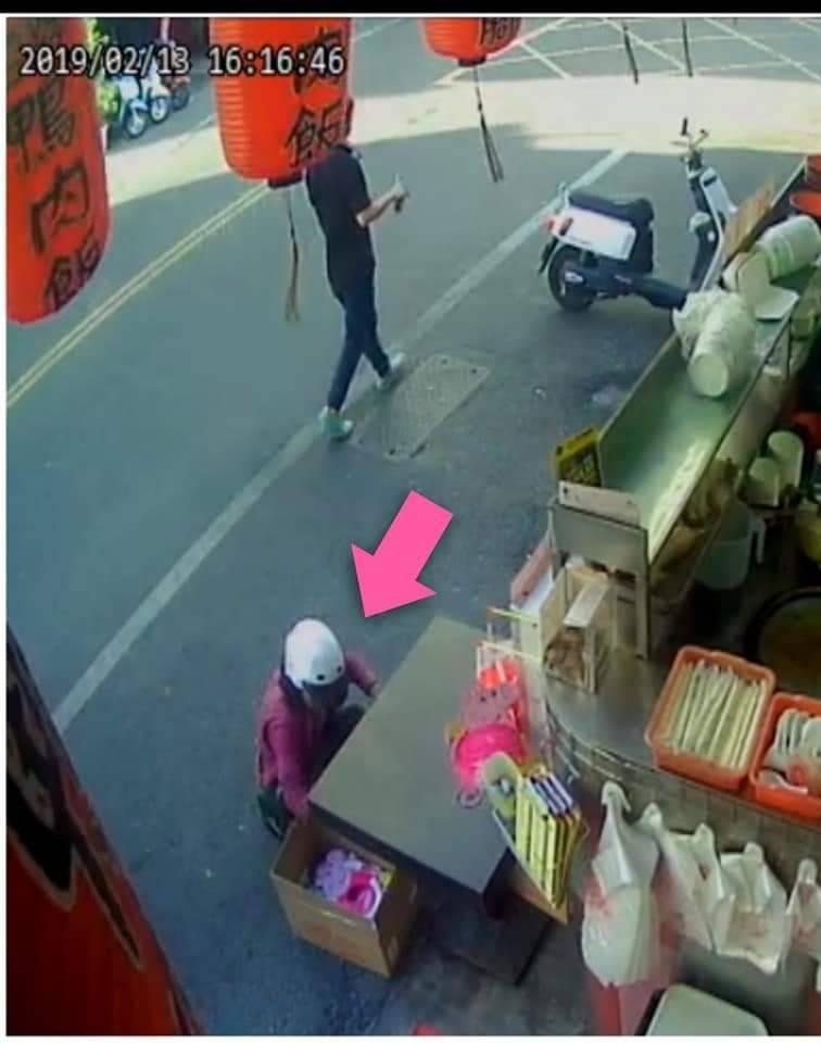 店家監視器顯示昨天下午一名頭戴安全帽女子將義賣燈籠搬走。記者林敬家/翻攝