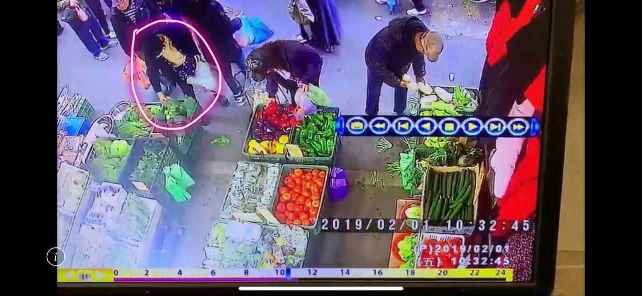 黃姓女子2月初到中和區景新街菜市場買菜,見人潮眾多,一時貪心,趁老板不注意時,順...
