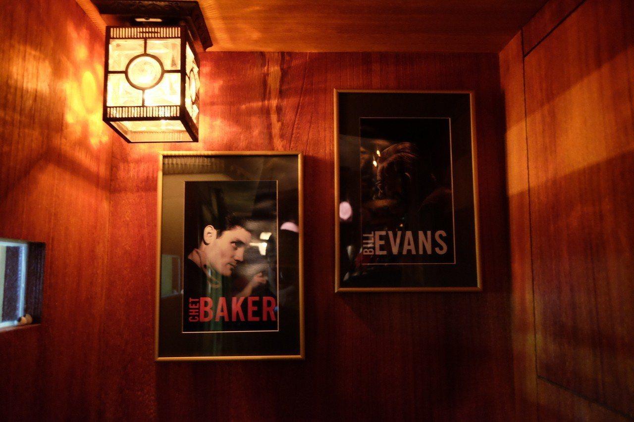 店內唯一的客席上頭,掛著爵士音樂家Chet Baker與Bill Evans的照...