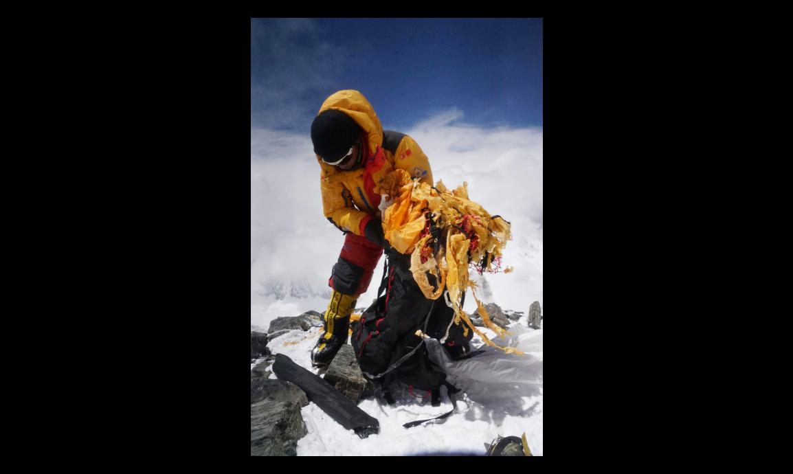 高山嚮導次仁旦達因協助清運珠穆朗瑪峰的垃圾,而獲新華社評選為「中國網事•感動20...