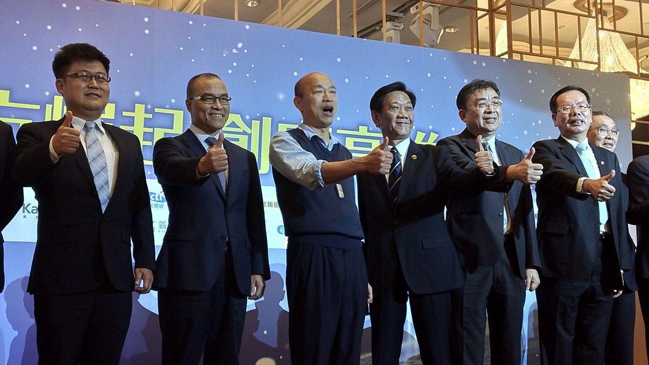 高市長韓國瑜(左三)今下午出席平面媒體舉辦的一場產業論壇。記者蔡孟妤/攝影