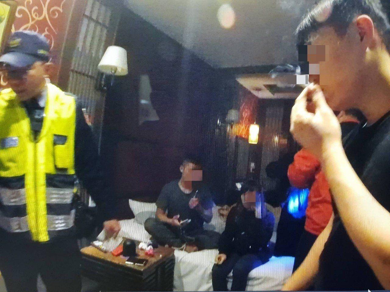 警方跟著一名男子至汽車旅館,查獲一起毒趴,查扣安非他命、一粒眼、毒品咖啡包等。圖...