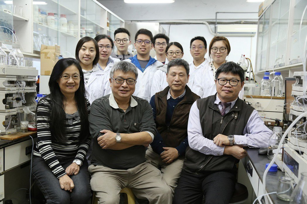 中興大學森林學系特聘教授王升陽(前左二)、生醫所教授闕斌如(前左一)、獸醫學院教...