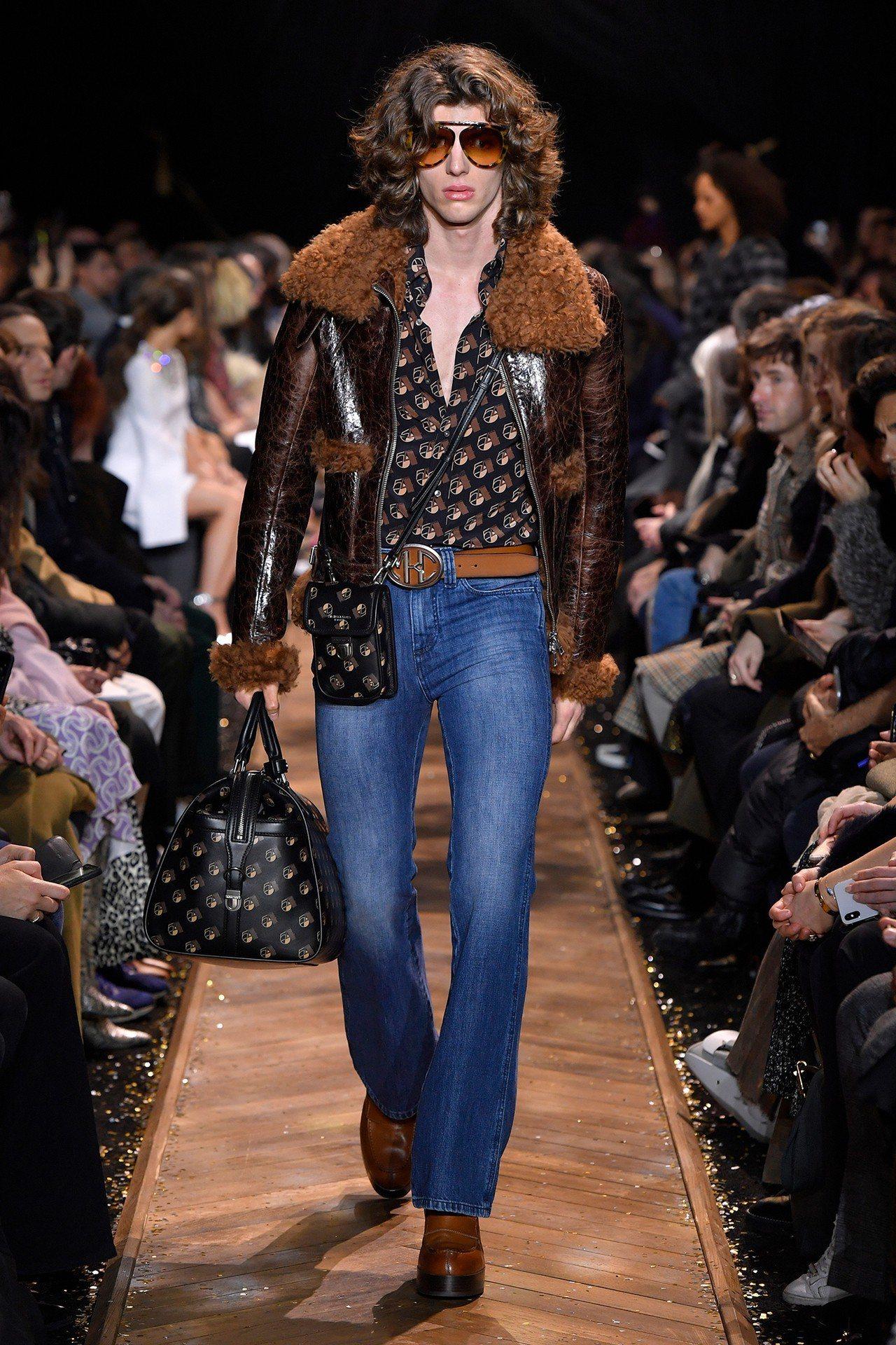 傳奇夜店Studio 54的字樣成為皮革外套和包款的印花。圖/MICHAEL K...