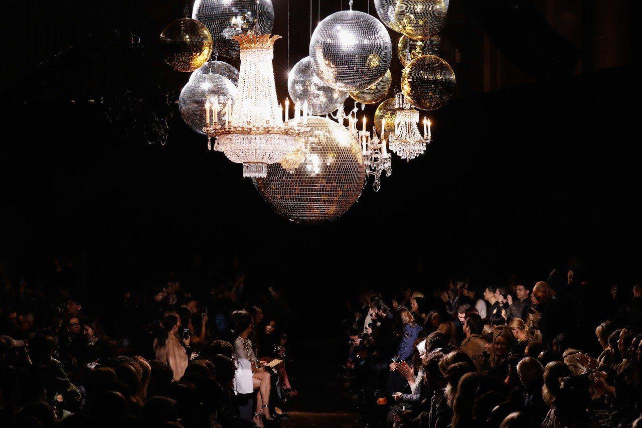 秋季大秀在Cipriani Wall Street宴會廳發表,水晶球和復古吊燈為...