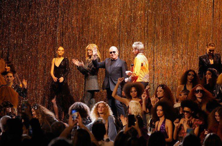 謝幕時設計師Michael Kors(右2)和傳奇歌手Barry Manilow...