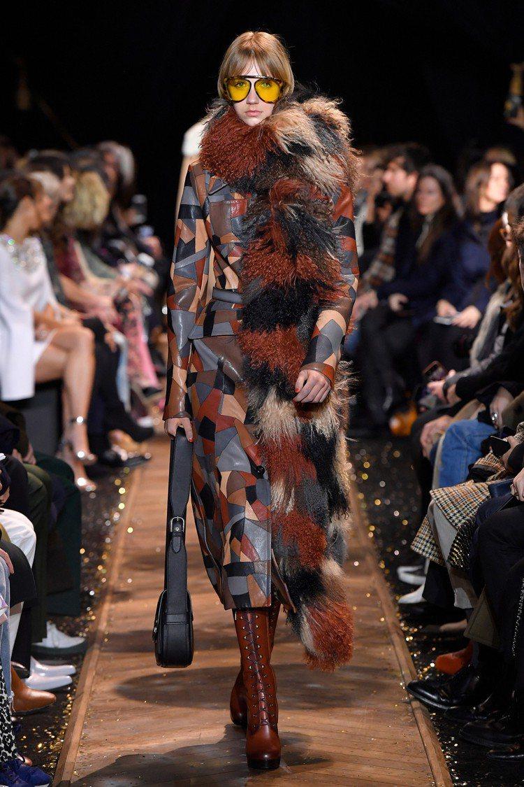 拼接幾何皮革與人工皮草在2019秋季有亮眼表現。圖/MICHAEL KORS提供