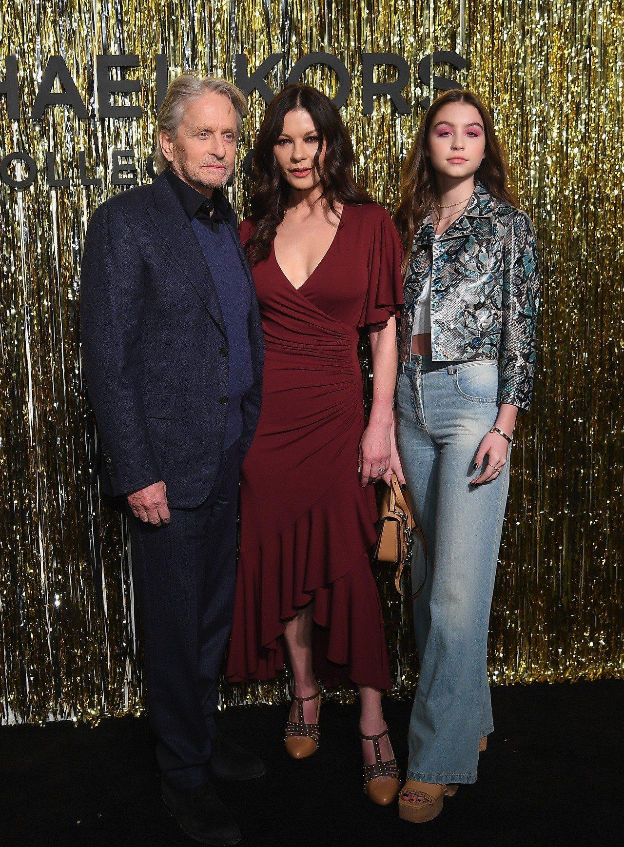 麥克道格拉斯、凱薩琳麗塔瓊斯和女兒Carys Zeta Douglas一起出席秋...