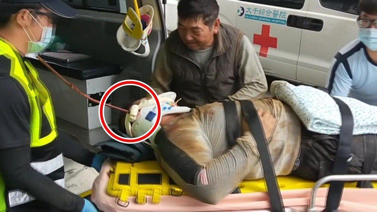 鄔姓工人遭鋼筋貫穿臉頰部位,被送往苗栗市大千醫院救治。圖/記者胡蓬生翻攝