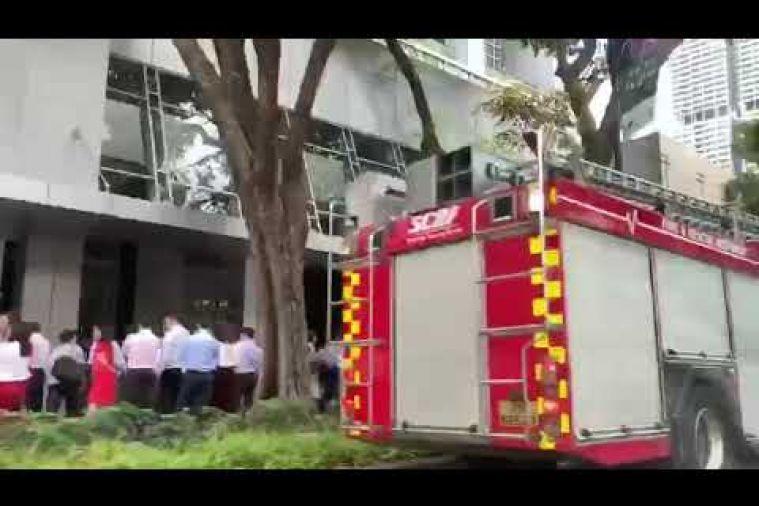 圖為停在飯店外的一輛消防車。圖擷自海峽時報