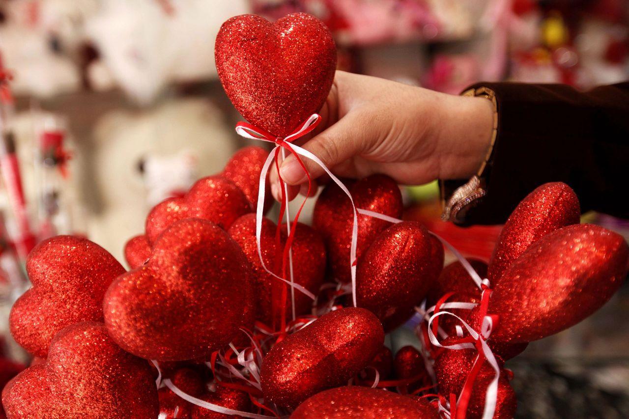 許多人在情人節送花給另一半表達愛意。歐新社