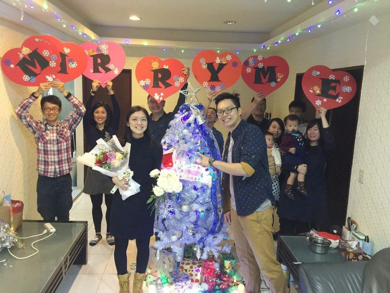 為向摯愛黃珮鈞(前左)求婚,去年12月24日沈文(前右)找來黃的閨蜜好友們密謀求...