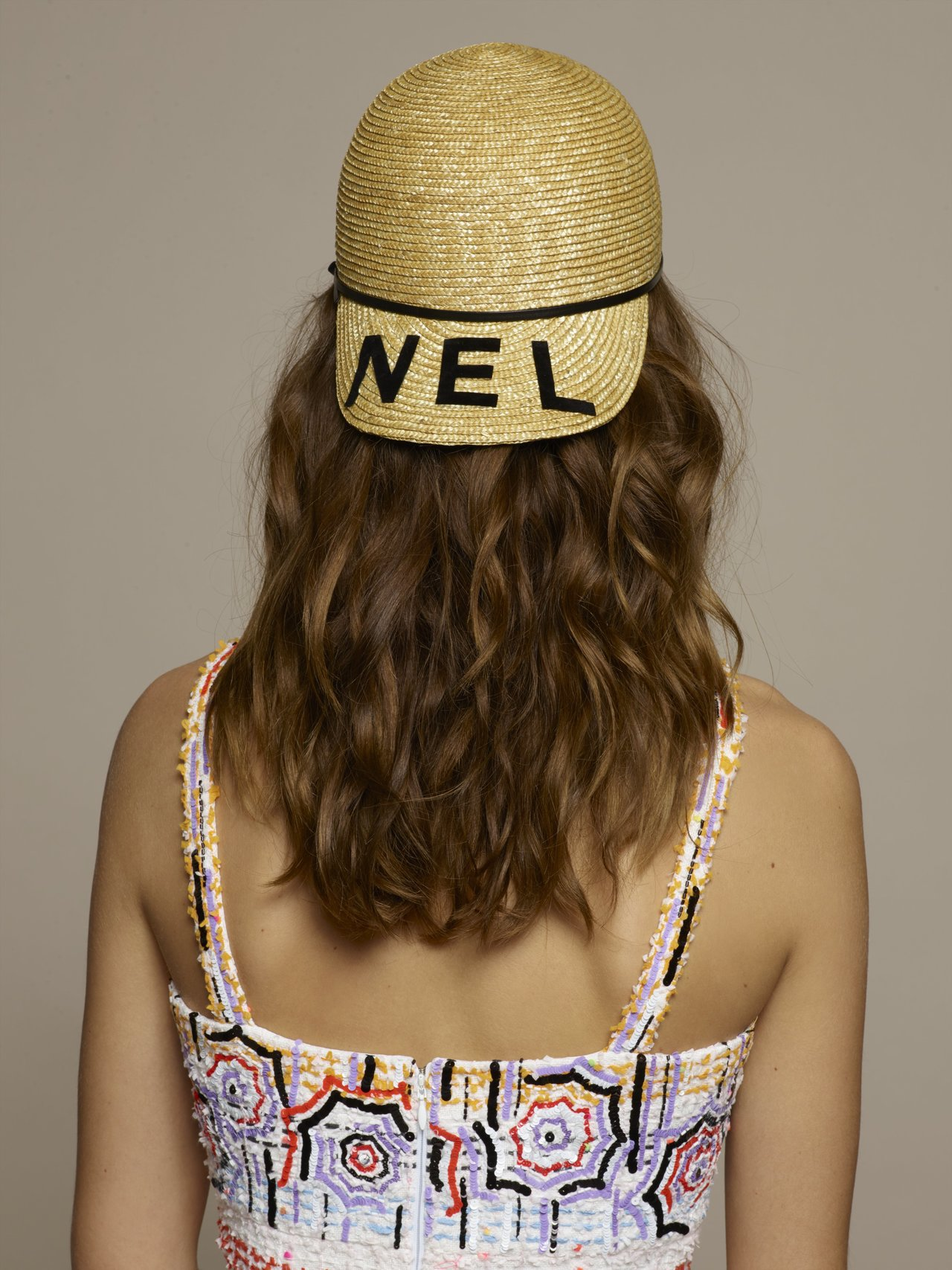 雙帽沿藤編棒球帽44,800元,彩色遮陽傘印花亮片刺繡吊帶洋裝71萬4,800元...