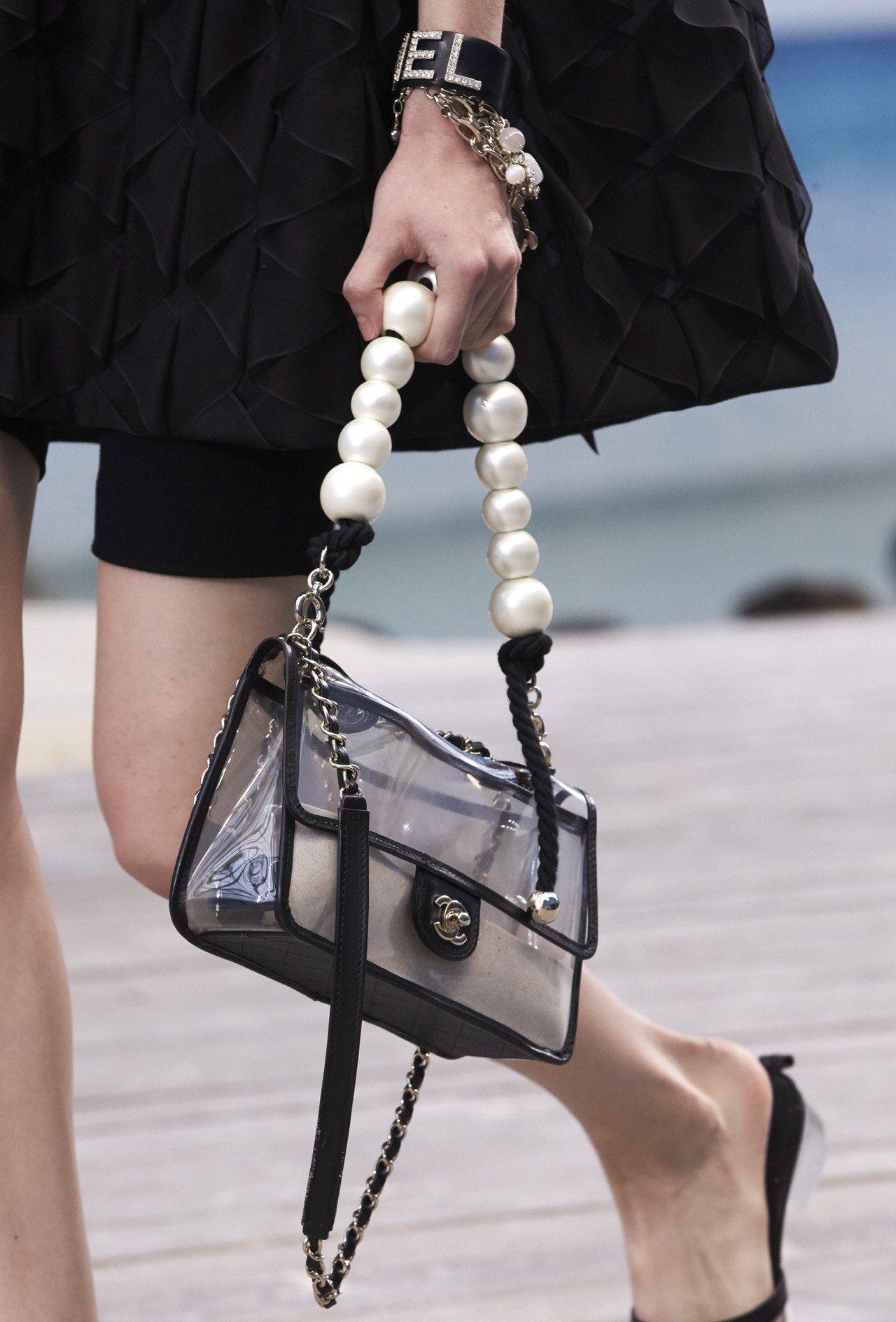把沙子裝進包包裡面,就像隨身把海灘帶著走。圖/香奈兒提供