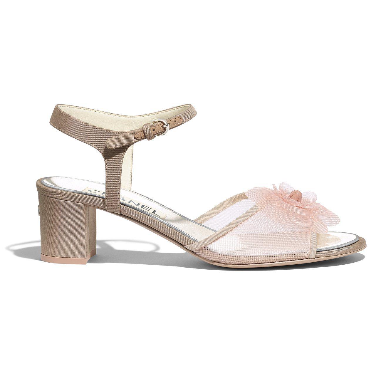 粉色網紗花朵低跟涼鞋,28,800元。圖/香奈兒提供