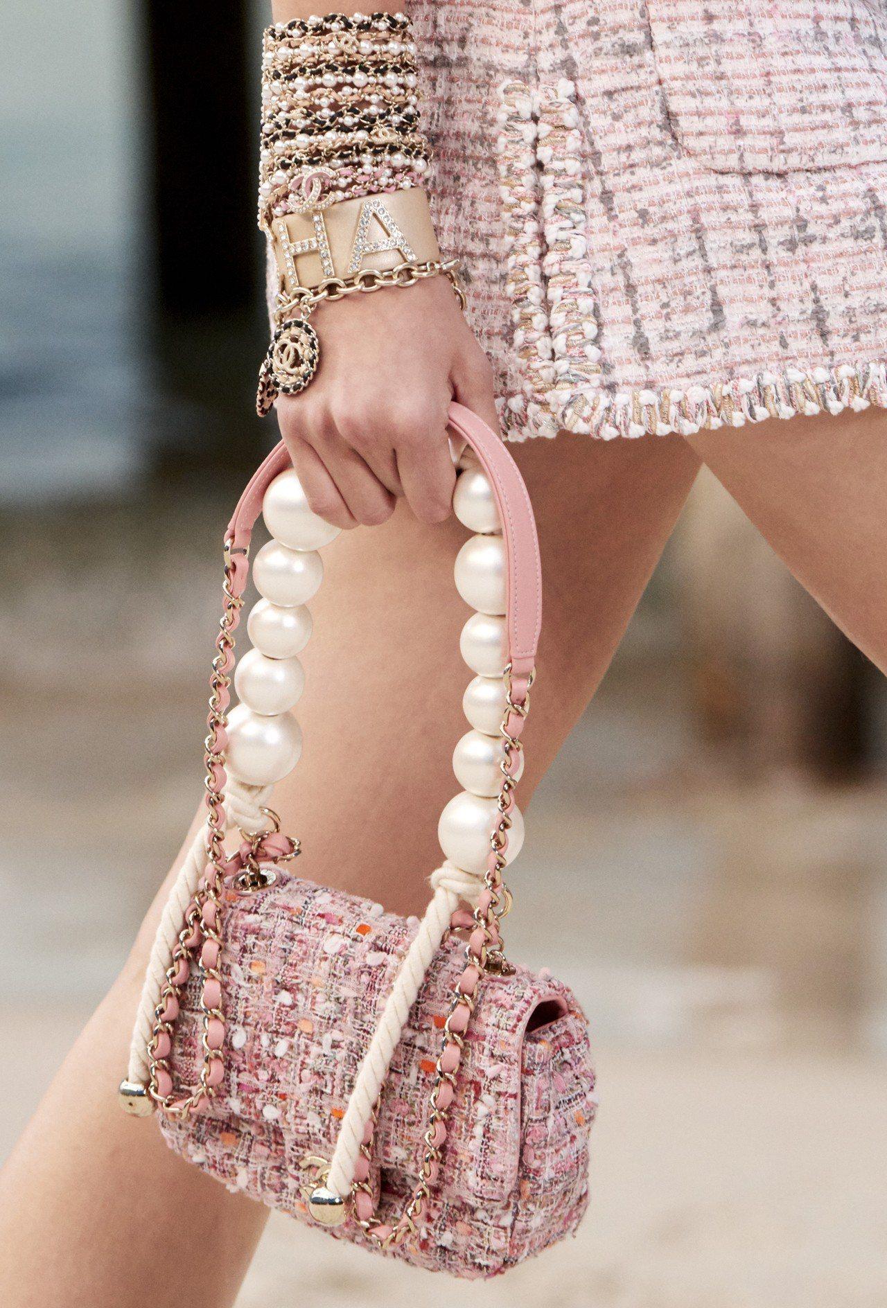 巨大珍珠化身斜紋軟呢鍊帶包的提把。圖/香奈兒提供