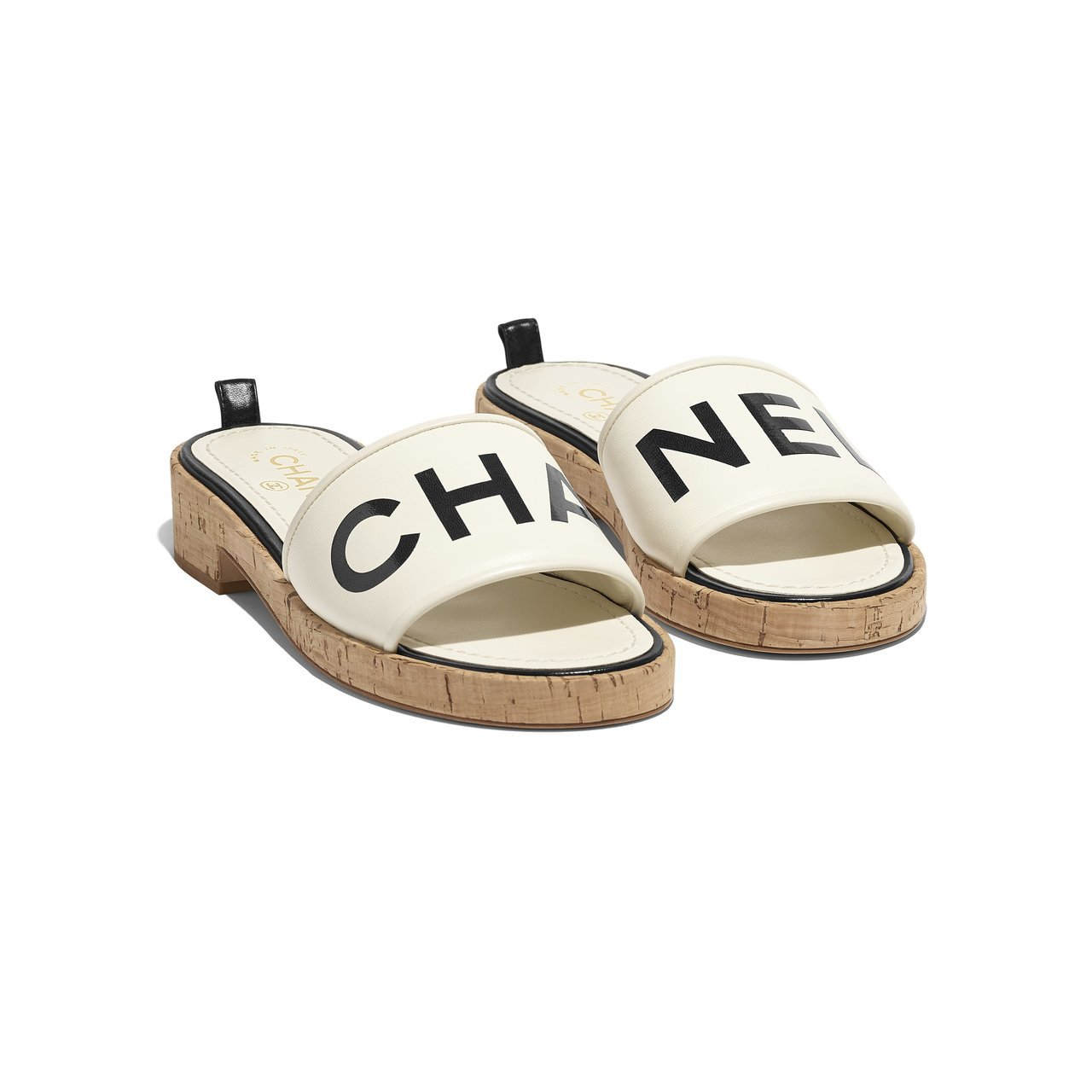象牙白CHANEL軟木鞋,28,300元。圖/香奈兒提供