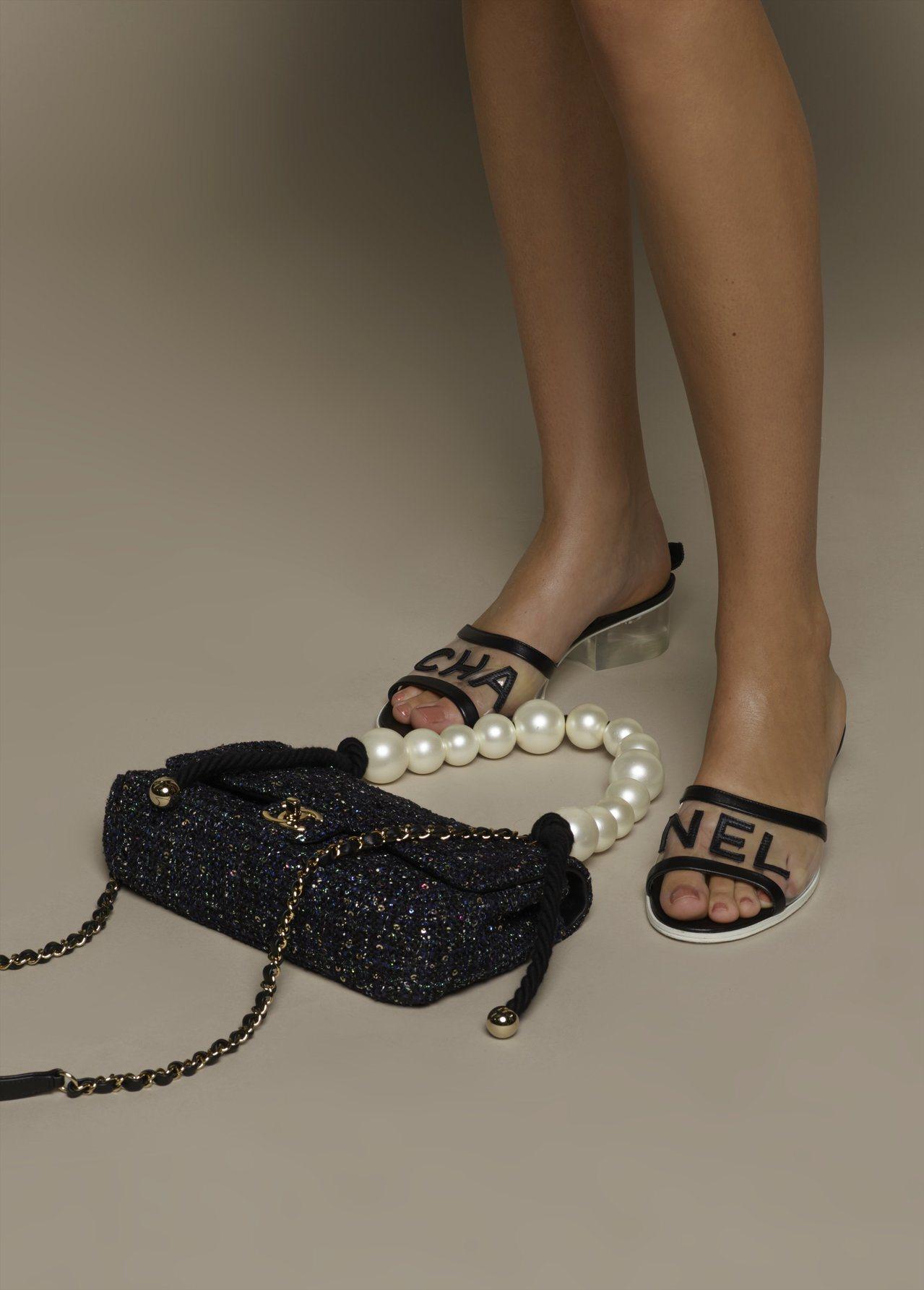 黑色CHANEL透視低跟穆勒鞋32,700元,黑色交織斜紋軟呢珍珠提把鍊帶包,價...