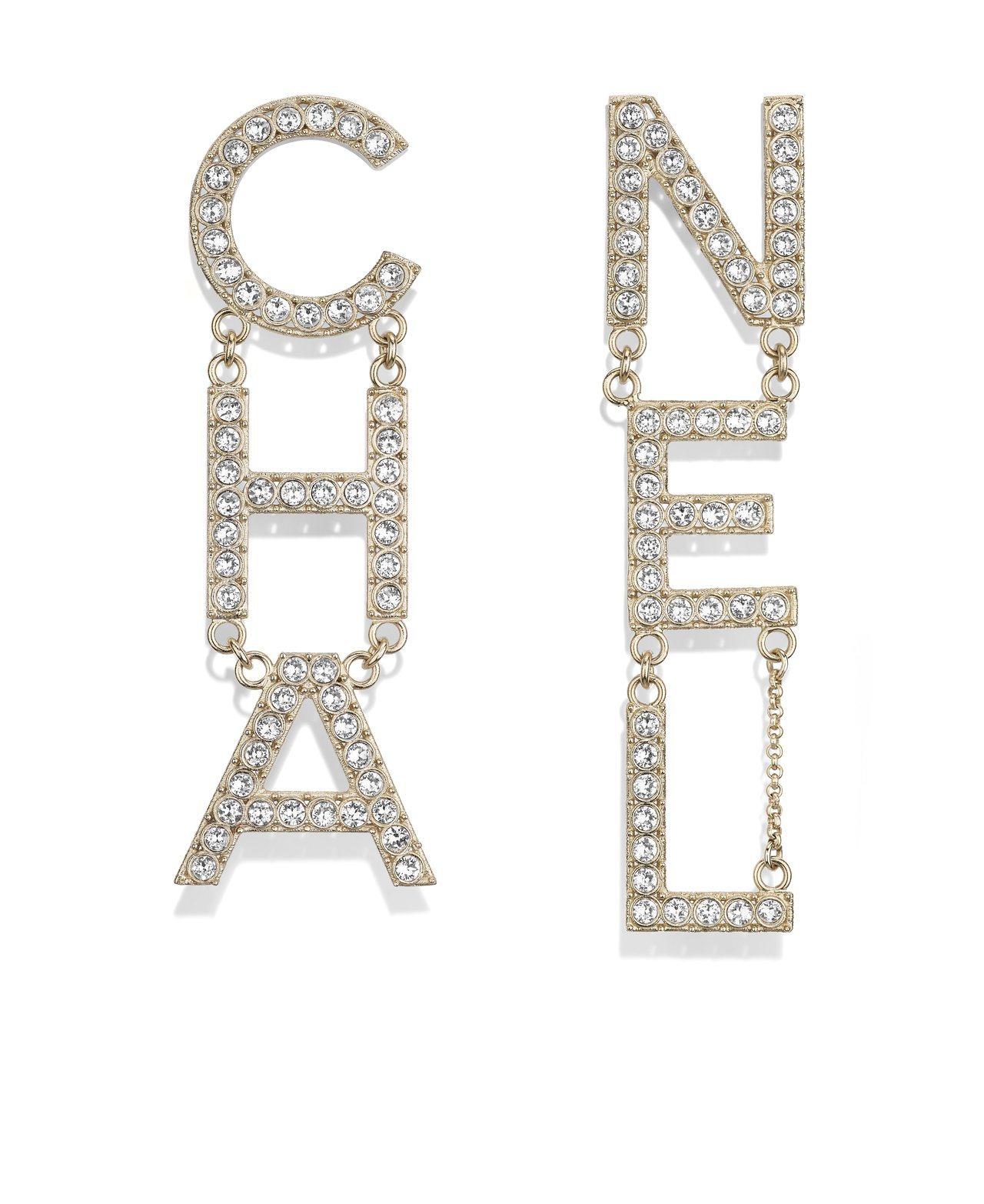 CHANEL水晶鑲飾字母耳環,31,200元。圖/香奈兒提供