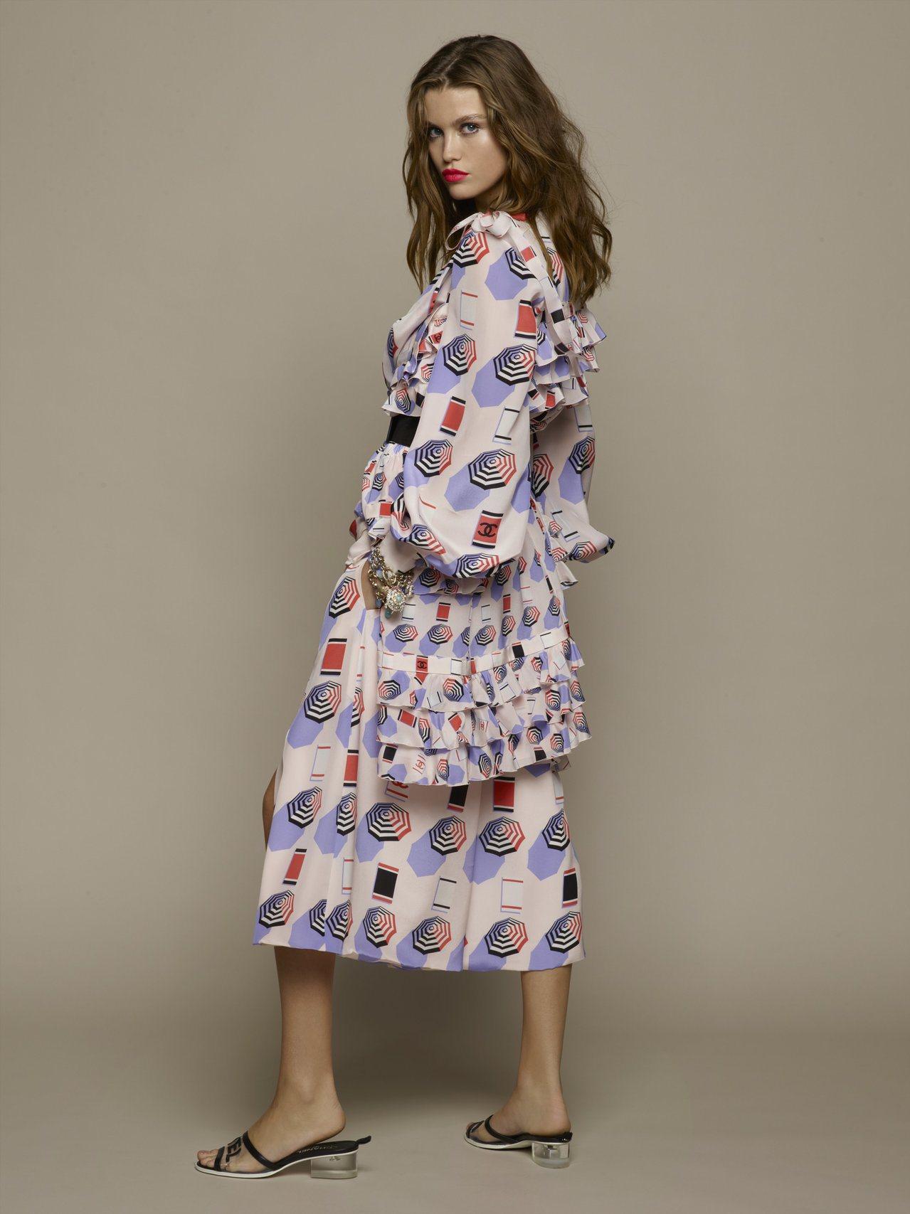 淡紫色遮陽傘印花荷葉邊吊帶裙23萬4,800元,襯衫13萬4,100元,開衩寬褲...