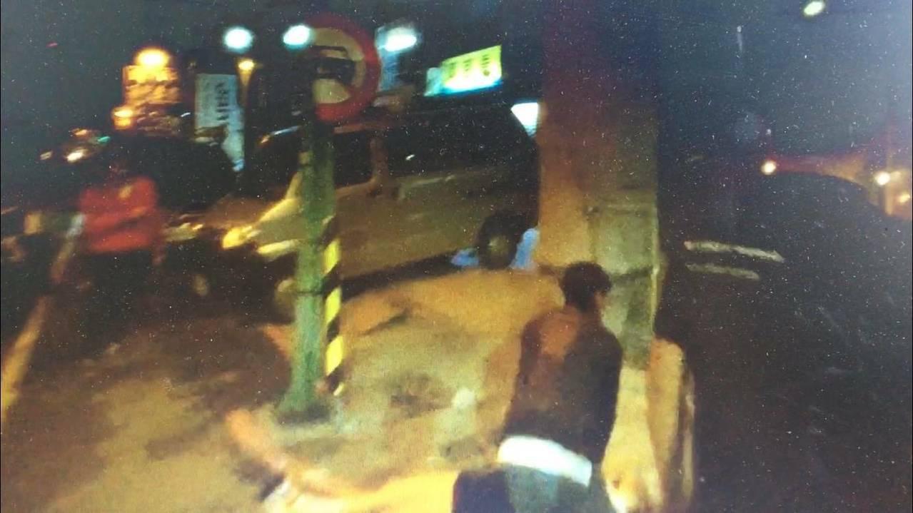 黃姓女子與李姓男友涉嫌吸大麻後突然昏倒路邊,李(右下)正為她做CPR。記者林保光...