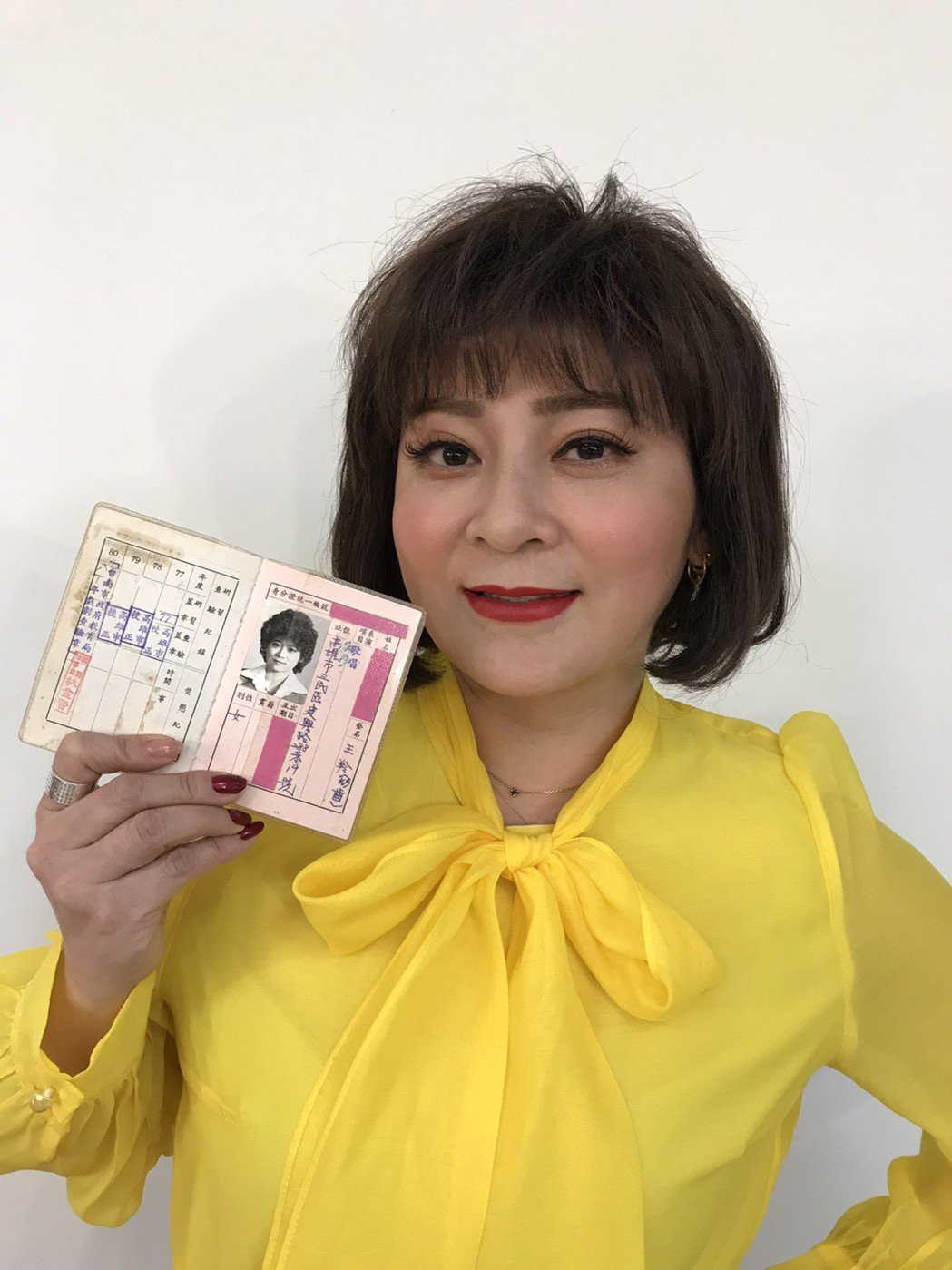 王彩樺的演員證上照片老氣,但當時只有10幾歲。記者葉君遠/攝影