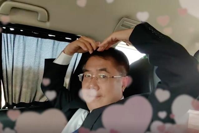 台南市長黃偉哲俏皮地比著愛心姿勢,祝福大家情人節快樂。圖/擷取自黃偉哲臉書