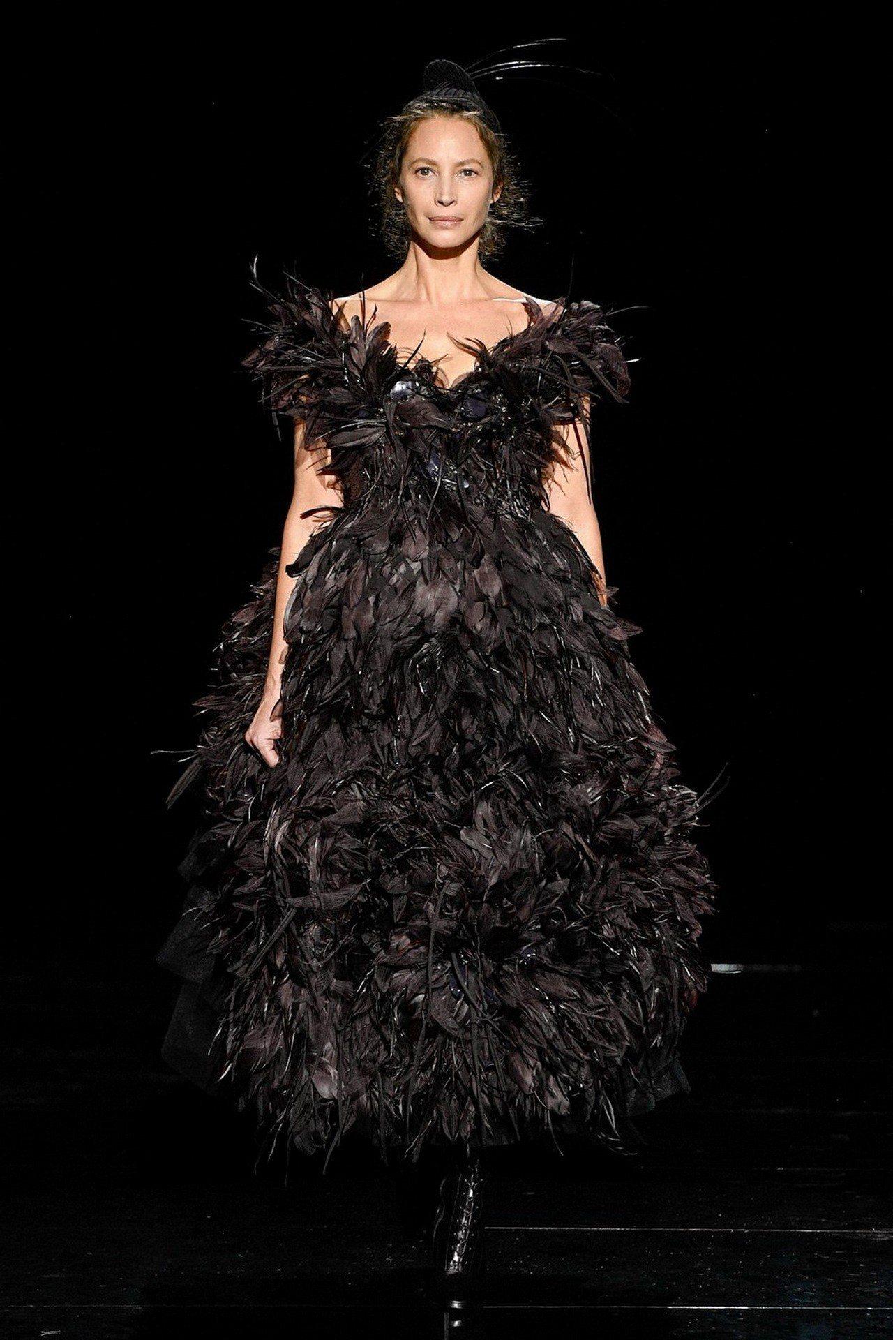 Marc Jacobs壓軸是九○年代超模克里斯蒂.特林頓穿的黑色羽飾露肩晚裝畫下...