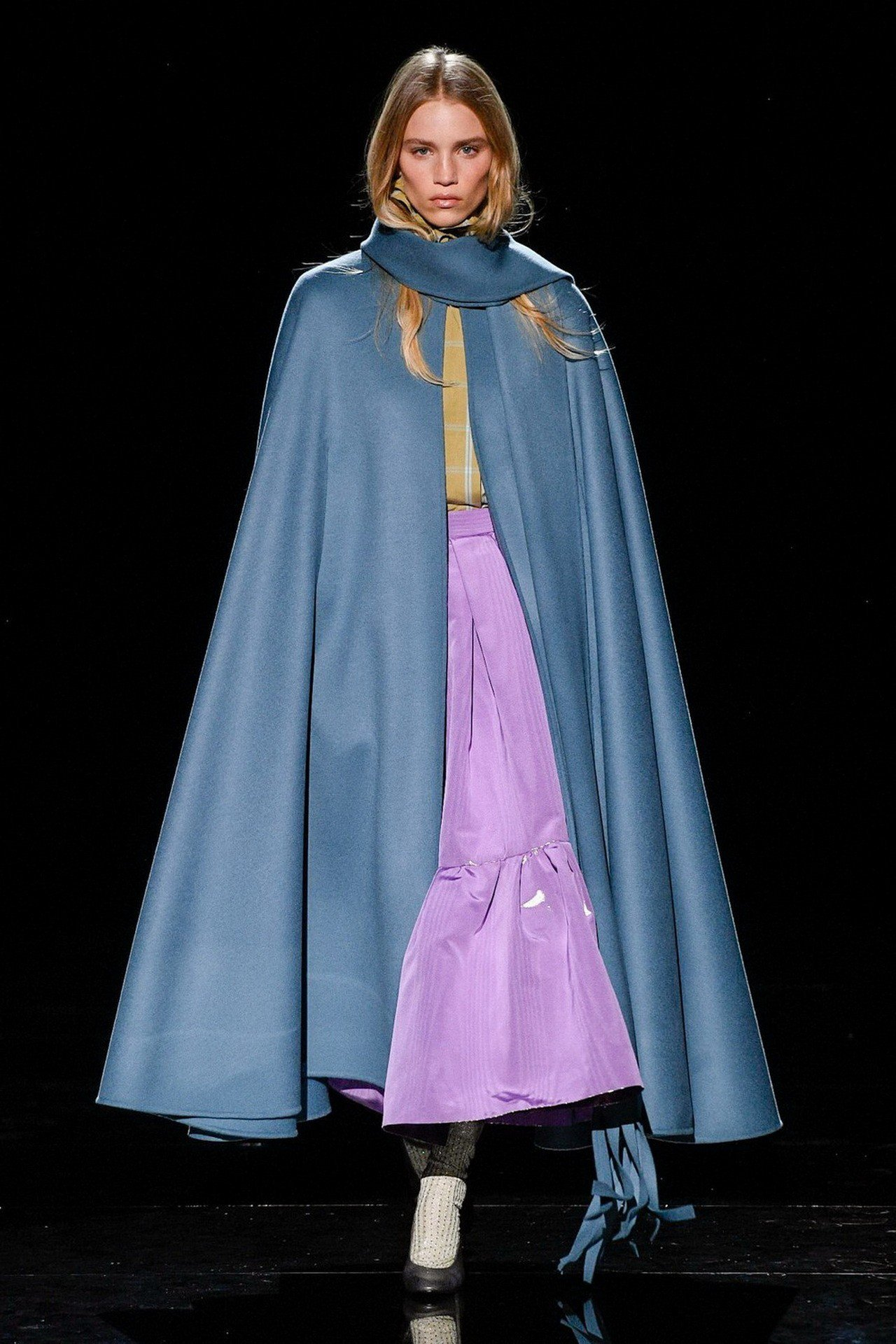 Marc Jacobs長斗篷與荷葉邊洋裝,如同公主般高貴。圖/Marc Jaco...