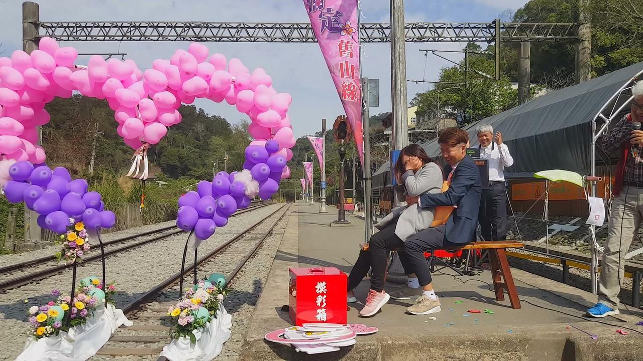 主辦單位安排擠破氣球的遊戲,但參加情侶就是擠不破,逗得台下笑聲不斷。記者胡蓬生/...