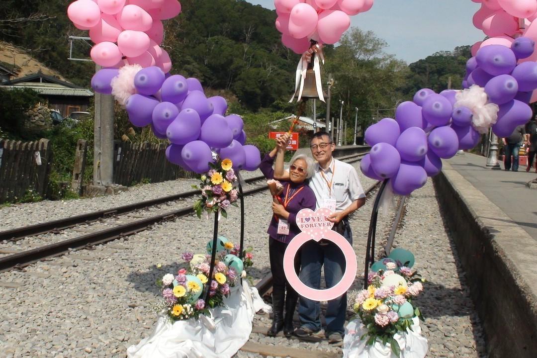 苗栗「情定舊山線」情人節活動上午在勝興車站舉辦,吸引多對情侶、夫妻參加。記者胡蓬...