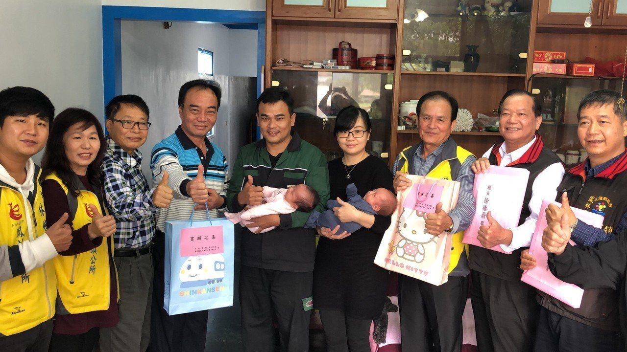 花蓮鳳林鎮長蕭文龍(右3)與鎮民代表會主席林建平(左4)等,今天到許姓夫婦家致贈...