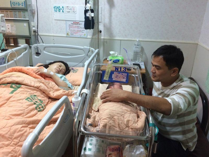 許姓夫婦今年元旦在門諾醫院迎來龍鳳胎。圖/門諾醫院提供