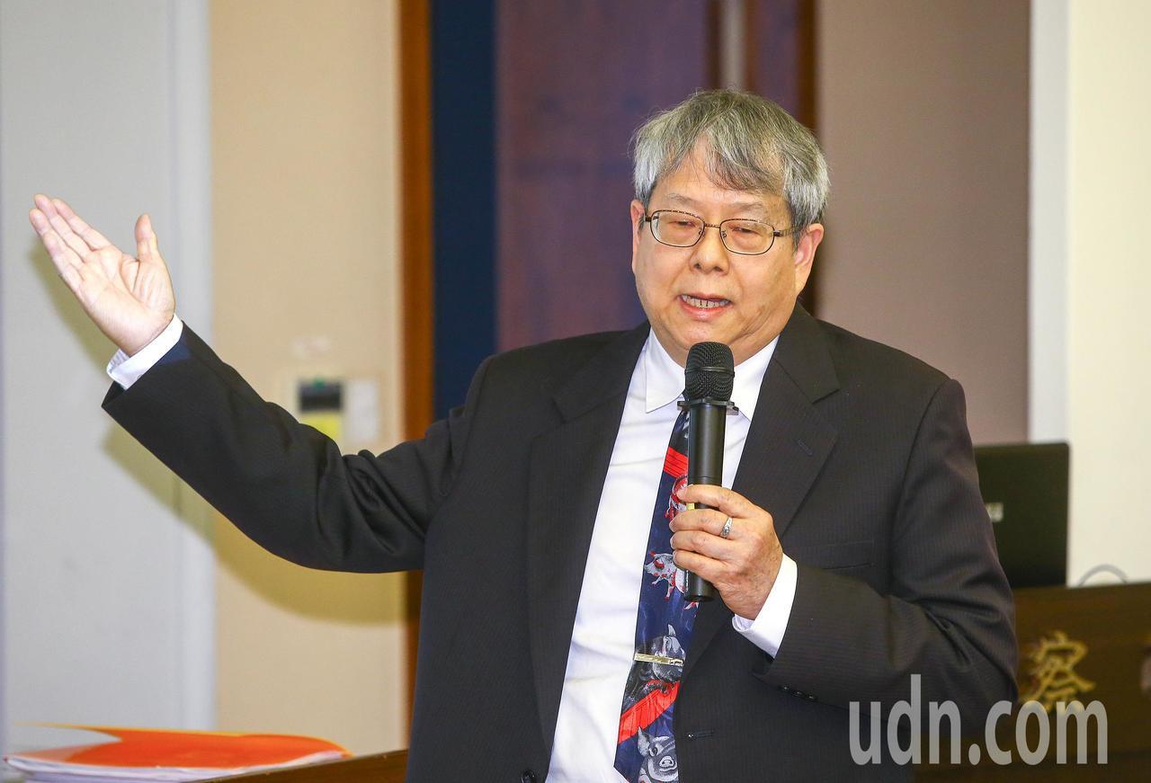 監察院下午舉行記者會,負責調查此案的監委陳師孟出席說明。記者陳柏亨/攝影